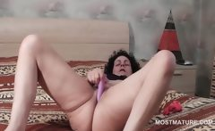 Wide opened mature vibing her horny cunt in bed